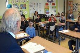 """Burgemeester vertelt kinderen over verzetshelden: """"Vrijheid is niet vanzelfsprekend"""""""