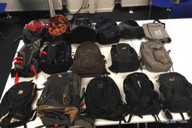Bagagedieven in trein leiden politie naar piepklein kamertje vol gestolen spullen