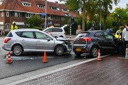 Grote schade na ongeluk met twee auto's in Hilversum