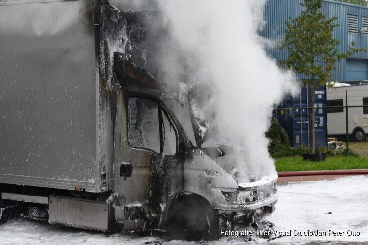 Bestelwagen vol autobanden brandt uit in Hilversum