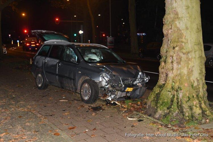 Auto tegen boom in Hilversum