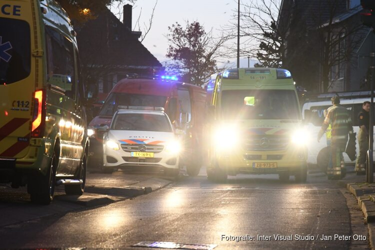 Scooterrijder raakt bekneld onder bestelbus in Hilversum