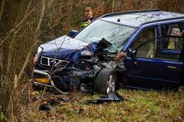 Auto rijdt tegen boom in Hilversum