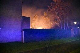 Fikse schuurbrand tussen woningen in Hilversum