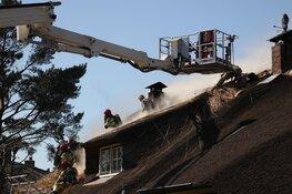 Brand in woonboerderij met rieten dak lastig onder controle te krijgen