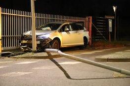 Auto ramt lantaarn en hek in Hilversum