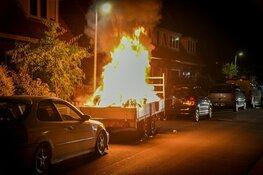 Aanhanger met huisraad in vlammen op
