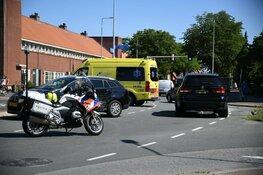 Twee auto's botsten op rotonde Hilversum