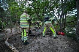 Brandweer blust kampvuur op heide bij Hilversum