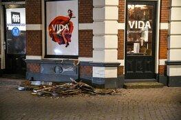 Auto knalt tegen restaurant in centrum Hilversum