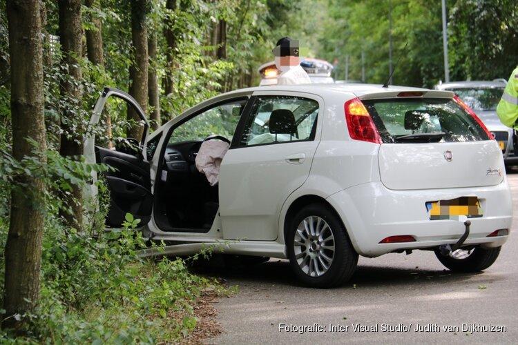 Auto knalt tegen boom in Hilversum