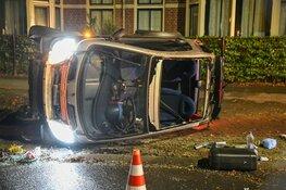 Auto belandt op z'n kant in Hilversum, schade enorm