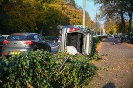 Botsing in Hilversum: auto op z'n kant