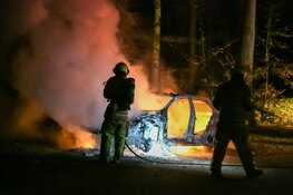 Auto volledig gestript en in brand gestoken