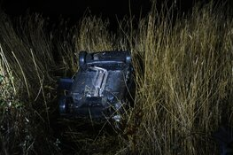 Auto op de kop in de sloot bij eenzijdig ongeval