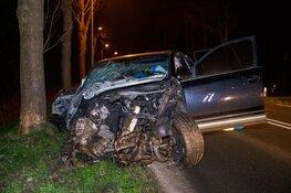 Auto crasht tegen boom in Hilversum, bestuurder op de vlucht
